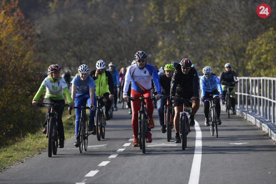 0d4215159 Ilustračný obrázok k článku Vážska cyklotrasa je už pri okrese Považská:  VIDEO a FOTO z
